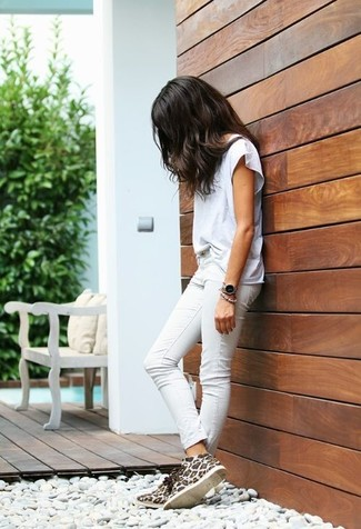How to wear: white crew-neck t-shirt, white skinny jeans, white leopard suede desert boots