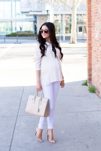 How to wear: white silk dress shirt, white jeans, beige leather pumps, beige leather tote bag