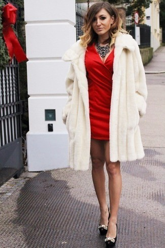 Consider pairing a white fur coat with a black necklace to look truly gorgeous. Choose a pair of black embellished leather pumps for a more relaxed feel. As the weather improves, it's time to get rid of those heavy winter gear and opt for an outfit that's lighter, like this one here.