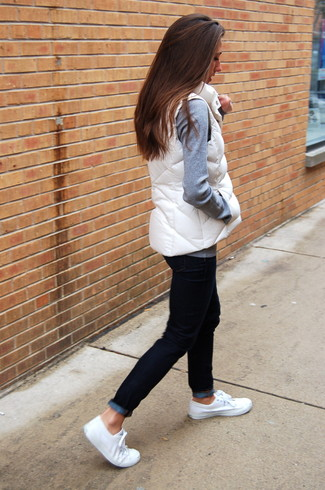 How to Wear a White Gilet For Women: A white gilet and black jeans worn together are a covetable combo for ladies who appreciate ultra-cool combos. A pair of white canvas low top sneakers will pull the whole thing together.