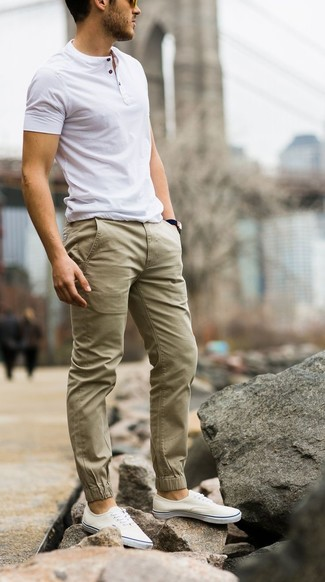 For comfort without the need tosacrifice on fashion, we lovethis combination of a white henley shirt and olive casual pants. Complement this getup with white plimsolls. What an appealing choice for warm weather!