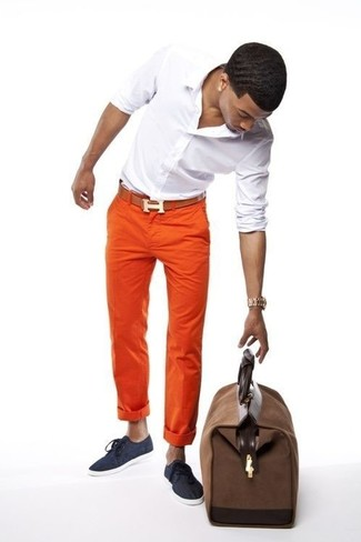 Go for a white long sleeve shirt and orange chinos for a Sunday lunch with friends. Balance this getup with navy blue canvas sneakers. This outfit has all the makings of your summertime go-to.