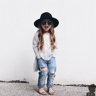 How to wear: white long sleeve t-shirt, light blue jeans, white sandals, black hat