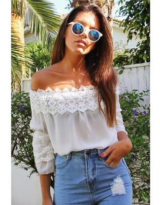 The versatility of a white lace off shoulder top and light blue destroyed skinny jeans makes them investment-worthy pieces.