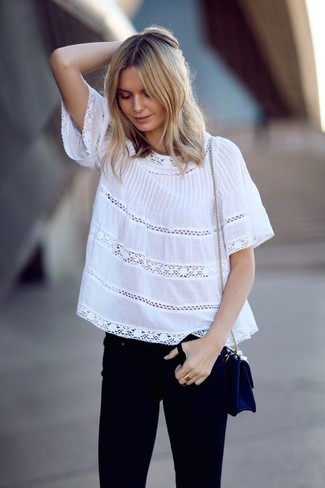A peasant blouse and black skinny jeans is a wonderful combination to impress your crush on a date night. It goes without saying that this one makes for a great, spring-ready ensemble.