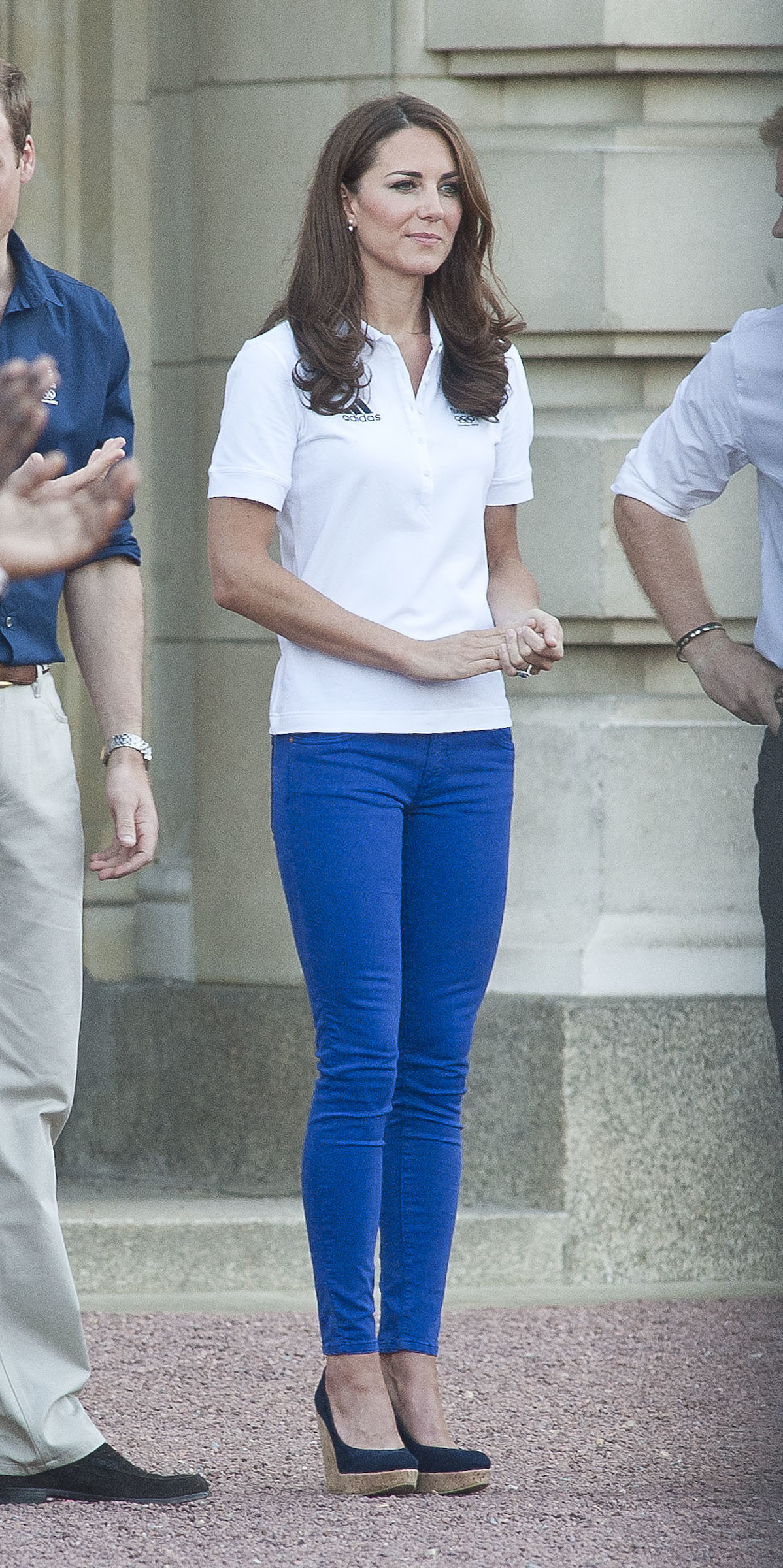 kate middleton wearing white polo blue skinny jeans navy wedge pumps women 39 s fashion. Black Bedroom Furniture Sets. Home Design Ideas