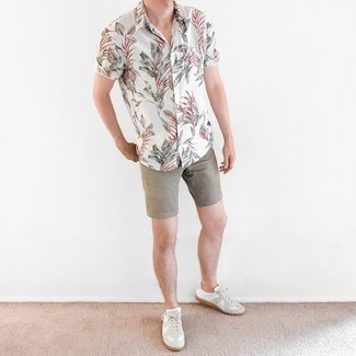 Men's Outfits 2020: No matter where you go over the course of the day, you can rely on this casual combination of a white print short sleeve shirt and grey shorts. White leather low top sneakers are a welcome complement to your ensemble.