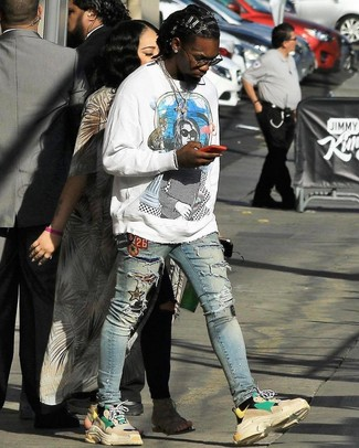 How to wear: white print sweatshirt, light blue ripped skinny jeans, beige athletic shoes