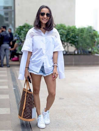How to wear: white short sleeve button down shirt, light blue denim shorts, white low top sneakers, dark brown print leather tote bag