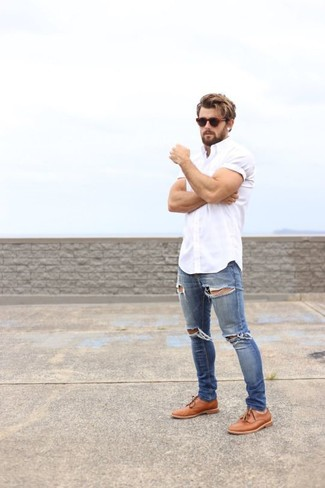 Blue Skinny Jeans Outfits For Men: This outfit with a white short sleeve shirt and blue skinny jeans isn't a hard one to pull off and is open to more sartorial experimentation. To add a little flair to this outfit, complement this getup with a pair of tobacco leather derby shoes.