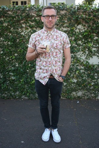 A floral short sleeve shirt and navy skinny jeans is a nice combination to add to your casual repertoire. White low top sneakers are a smart choice to complete the look.