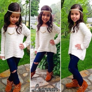 How to Wear Brown Uggs For Girls: This combo of a white sweater and navy jeans is both a comfortable and stylish choice for your little one. As far as footwear is concerned, suggest that your girl go for a pair of brown uggs.