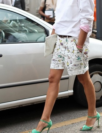 How to wear: white sweatshirt, white print shorts, green leather heeled sandals, white leather clutch