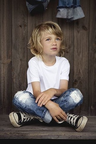 How to wear: white t-shirt, blue jeans, black sneakers