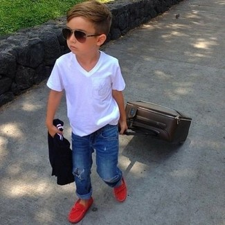 How to wear: white t-shirt, blue jeans, red loafers