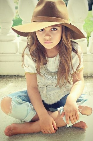 How to wear: white t-shirt, light blue jeans, brown hat