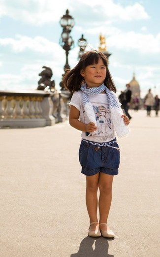 How to wear: white print t-shirt, navy denim shorts, beige ballet flats, white and blue scarf