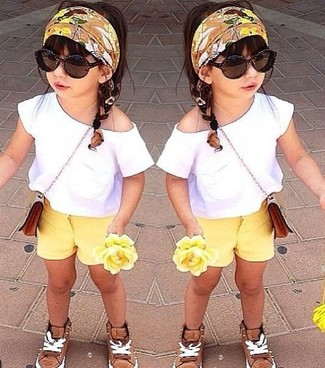 How to wear: white t-shirt, yellow shorts, tan sneakers