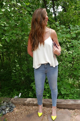 How to Wear Light Blue Skinny Jeans: A white silk tank and light blue skinny jeans are absolute essentials that will integrate nicely within your casual styling routine. A pair of green-yellow leather pumps will put a different spin on an otherwise everyday ensemble.