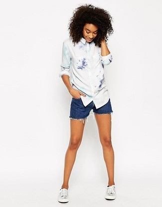 How to wear: white tie-dye dress shirt, blue denim shorts, silver leather low top sneakers