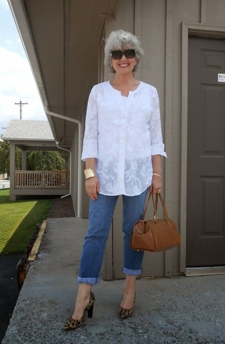 This combo of a white lace tunic and blue jeans will set you apart effortlessly. Choose a pair of brown leopard suede pumps to va-va-voom your outfit. Sunnier days call for cooler ensembles like this one.