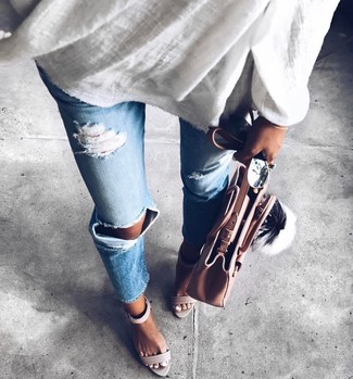 How to wear: white linen tunic, light blue ripped jeans, grey leather heeled sandals, pink leather tote bag