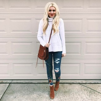 How to wear: white knit wool turtleneck, navy embroidered skinny jeans, brown suede ankle boots, dark brown suede crossbody bag