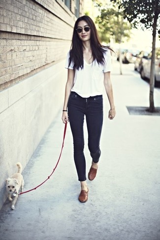 Consider wearing a v-neck tee and black skinny jeans for both chic and easy-to-wear look. Rock a pair of brown leather loafers to take things up a notch. This one will play especially well come summer.