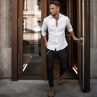 How To Wear Black Skinny Jeans With Brown Leather Boots For Men: Try teaming a white vertical striped long sleeve shirt with black skinny jeans to achieve an extra dapper and current bold casual outfit. Feeling transgressive today? Break up your outfit by sporting brown leather boots.