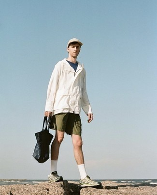 White Windbreaker Outfits For Men: A white windbreaker and olive shorts? This is an easy-to-create look that any gentleman can rock on a daily basis. Rev up this look by slipping into brown athletic shoes.