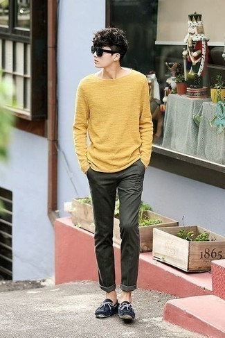 Driving Shoes Outfits For Men: Reach for a yellow crew-neck sweater and dark green chinos to achieve new heights in outfit coordination. Our favorite of a myriad of ways to finish off this look is driving shoes.
