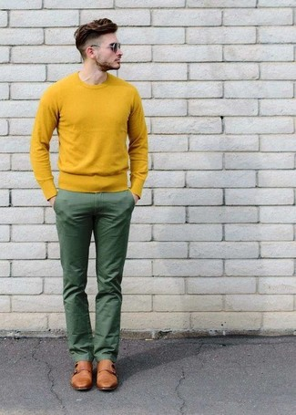 How to Wear a Yellow Crew-neck Sweater For Men: A yellow crew-neck sweater and green chinos combined together are a sartorial dream for those who prefer laid-back styles. Want to dress it up when it comes to footwear? Complete this ensemble with tan leather double monks.