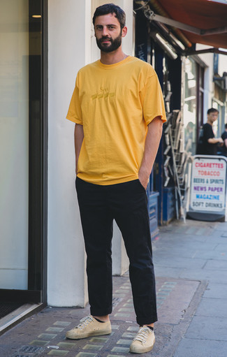 How to Wear Beige Canvas Low Top Sneakers For Men: A yellow crew-neck t-shirt and black chinos paired together are a perfect match. Beige canvas low top sneakers tie the ensemble together.