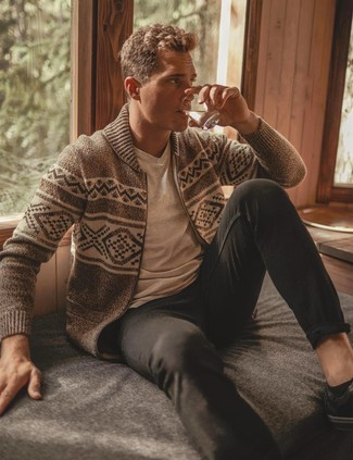 How to wear: beige fair isle zip sweater, beige v-neck t-shirt, black chinos, black leather low top sneakers