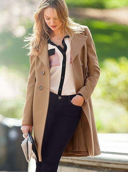 867506d7b62e9 Manteau brun clair Victoria s Secret  Où acheter et comment porter