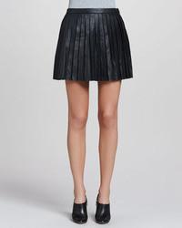 Minifalda de cuero plisada negra de Theory