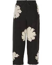 Pantalón capri con print de flores en negro y blanco de Alexander McQueen