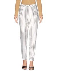 Pantalón de pinzas de rayas verticales en blanco y negro