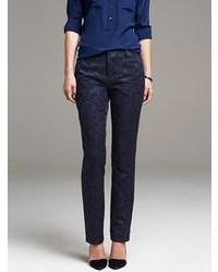 Blusa sin mangas de seda blanca Pantalón de vestir con print de flores azul  marino 0a0723b60b8f