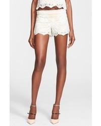 Pantalones cortos de encaje en beige de Alice + Olivia