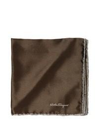 Pañuelo de bolsillo de seda en marrón oscuro de Salvatore Ferragamo