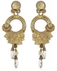 Pendientes dorados de Dori Csengeri
