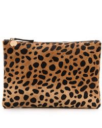 Pochette en daim imprimée léopard brune claire Clare Vivier