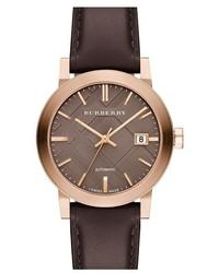 Reloj de cuero en marrón oscuro de Burberry