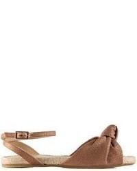 Sandalias planas de cuero marrónes