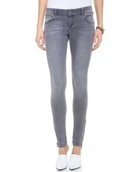Choose grey top and skinny jeans for a lazy day look.