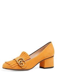 Slippers en daim à franges jaunes Gucci