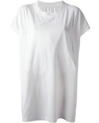 Essaie d'harmoniser des bottines à lacets en daim noires avec un t-shirt à col rond pour une tenue idéale le week-end.