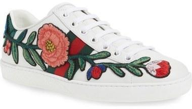 27579d50dbec3 Tenis con print de flores blancos de Gucci  dónde comprar y cómo ...
