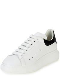 Tenis de cuero en blanco y negro de Alexander McQueen